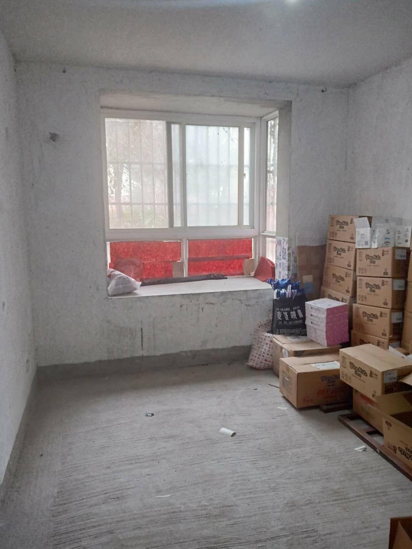 龙兴园毛坯3室1厅多层一楼